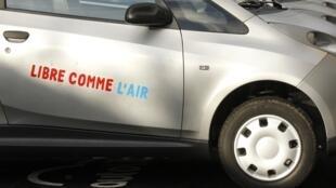 Des Autolib' stationnées dans Paris.
