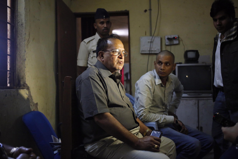O doutor R.K. Gupta (esquerda), responsável pelas cirurgias de esterilização que causou a morte de 13 mulheres na região central da Índia, foi detido nesta quarta-feira (12).
