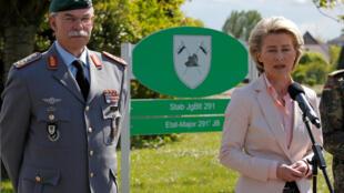 A ministra da Defesa alemã, Ursula von der Leyen, acompanhada pelo general Joerg Vollmer, durante coletiva no quartel onde trabalhava o militar extremista de direita.