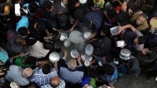 Distribution de soupe pendant le mois du ramadan dans la ville de Gaza, le 9 mai 2019.