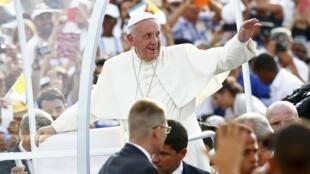 Papa saúda milhares de católicos na Praça da revolução, neste domingo (20), em Havana.