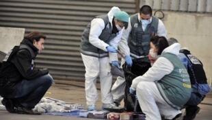 La police scientifique examine le contenu d'une voiture des malfaiteurs à l'origine de la fusillade mortelle de Vitrolles le-28 novembre 2011.