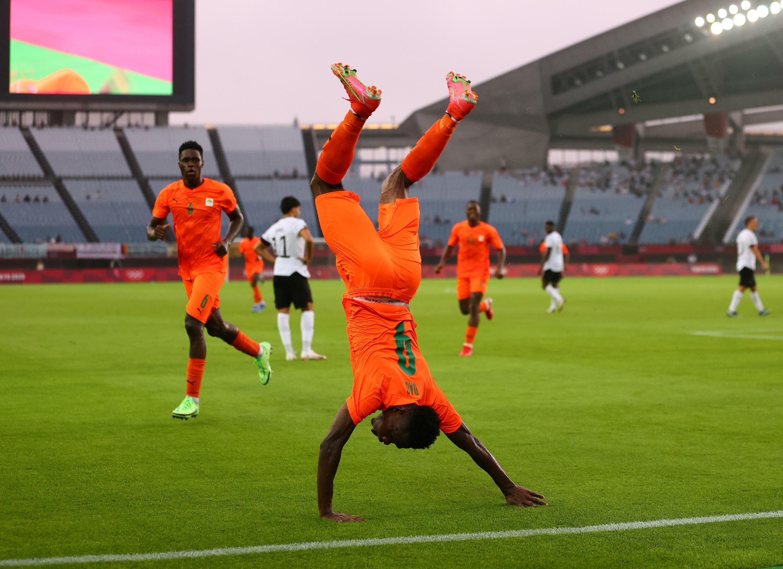 Youssouf Dao acrobatique pour célébrer le but de la Côte d'Ivoire.