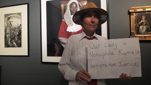 Une artiste du Cap plaide pour le retrait de la photo de Zwelethu Mthethwa à la SANG, dans la salle de l'exposition «Our Lady».