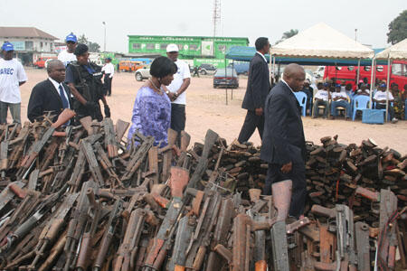Surrendered firearms, Pastor Daniel Ngoyi Mulunda of PAREC, Interior and Security Minister Célestin Mbuyu and Vice Minister of Defence and Former Combatants Oscar Masamba