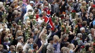 Milhares de pessoas levaram flores para homenagear as vítimas do massacre na capital Norueguesa.
