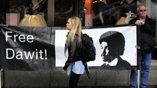 Le journaliste érythréen Dawit Isaak, de nationalité suédoise, a été arrêté en septembre 2001 parmi d'autres journalistes, accusés d'être des espions éthiopiens. Il est toujours détenu en captivité.