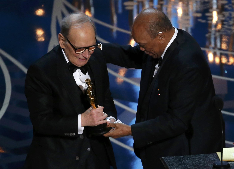 Ennio Morricone recibió el Oscar a la Mejor Banda Sonora de manos de Quincy Jones, el pasado 28 de febrero de 2016.