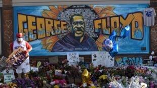 Les manifestants rendent hommage à l'Afro-Américain George Floyd, pour dire non au racisme et aux violences policières, à Minneapolis, le 4 juin 2020.