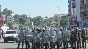 Des policiers antiémeutes avance en formation, prêt à disperser les manifestants lors de la mobilisation contre les lois électorales à Antananarivo, le 21 avril.