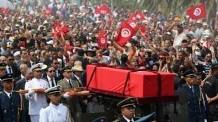 突尼斯人为首任民选总统贝吉·凯德·埃塞布西送葬2019年7月27日