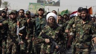Grupos xiitas fortemente armados tomaram as ruas do bairro de Sadr city, na periferia de Bagdá.