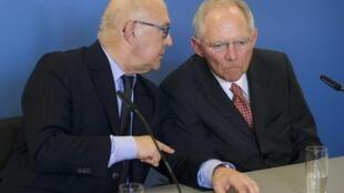 Los ministros de finanzas alemán, Wolfgang Schaeuble (derecha), y francés, Michel Sapin, durante una reunión en Berlín el mes de julio.