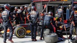 O australiano Daniel Ricciardo durante uma parada no box para troca de pneus no GP da China.