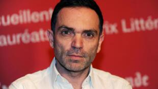 L'écrivain français Yann Moix, lauréat du prix Renaudot, pose le 21 novembre 2013 à l'auberge de jeunesse Westminster au Touquet, dans le nord de la France, dans le cadre de la foire du livre du Touquet.