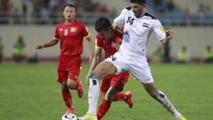 Một pha tranh bóng trong trận cầu giữa đội tuyển Việt Nam (áo đỏ) và Irak, vòng loại Cúp bóng đá Thế giới 2018, trên sân Mỹ Đình, ngày 08/10/2015.
