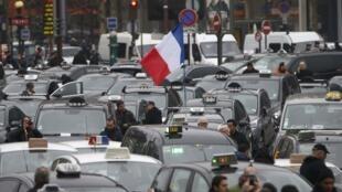 اجتماع تاکسی ها در میدان پورت مایو - پاریس