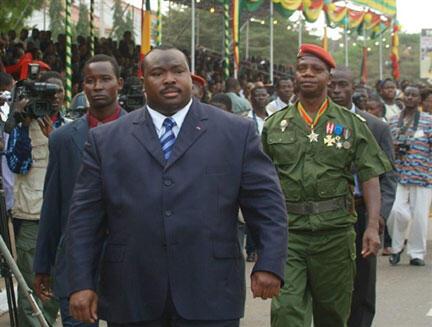 Kpatcha Gnassingbé, le frère du président togolais, lors d'une cérémonie à Lomé le 13 janvier 2006 alors à l'époque ministre de la Défense du Togo.