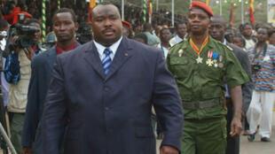 Kpatcha Gnassingbé, demi-frère du président togolais, lors d'une cérémonie à Lomé le 13 janvier 2006 alors qu'il était ministre de la Défense du Togo.