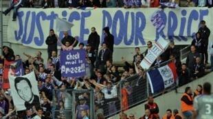Des supporters toulousains lors du match Bordeaux-Toulouse du 2 mai 2010 au stade Chaban Delmas.