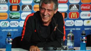 O técnico da seleção portuguesa, Fernando Santos, está otimista e combativo na véspera da final da Eurocopa contra a França.