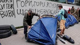 Активисты установили палатки у здания телеканала «Интер», 5 сентября 2016.