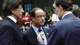 François Hollande entouré du Premier ministre belge Elio Di Rupo (G) et du chef du gouvernement espagnol Mariano Rajoy, le 28 juin 2012.