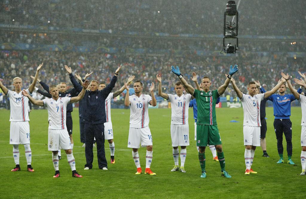 Wachezaji wa Iceland wakitoa heshima kwa mashabiki wao baada ya mchezo dhidi ya Ufaransa ambapo walipoteza kwa mabao 5-2