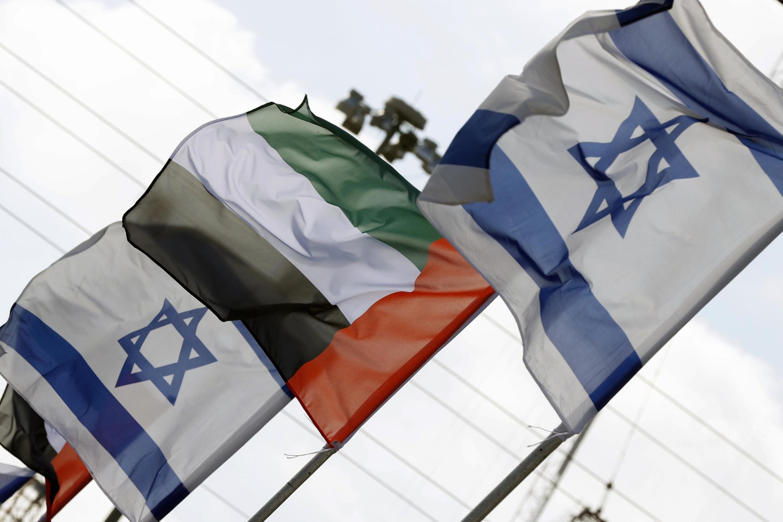 Les drapeaux d'Israël et des Émirats arabes unis, flottant le long d'une route à Netanya, en Israël, le 16 août 2020.