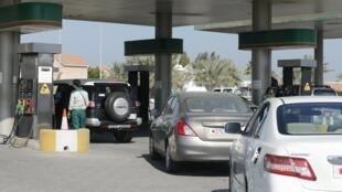 Une station essence à l'ouest de Manama, à Bahrein, où les prix à la pompe vont augmenter à partir de janvier 2016.