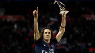 El uruguayo Edinson Cavani, con el trofeo por ser el máximo goleador de la historia del París SG, en París, el 27 de enero de 2018.