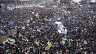 Les accès à la Place de l'indépendance à Kiev sont noirs de monde ce dimanche 8 décembre à la mi-journée.