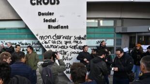 Plusieurs centaines d'étudiants s'étaient réunis le mardi 12 novembre devant le siège du Crous à Lyon après l'immolation d'un étudiant.