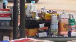 Une étale de faux  médicaments, vendus à ciel ouvert en Afrique.