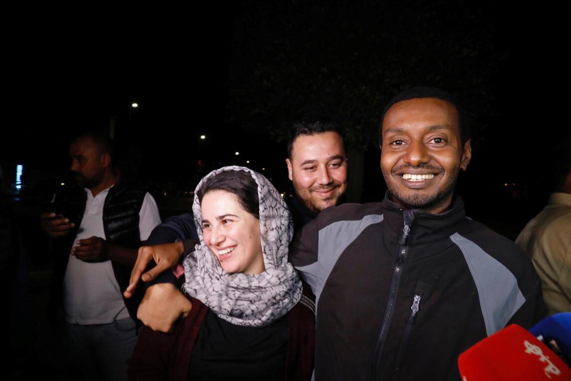 La journaliste Hajar Raissouni et son fiancé accueillis par des proches à leur sortie de prison, le 16 octobre 2019.