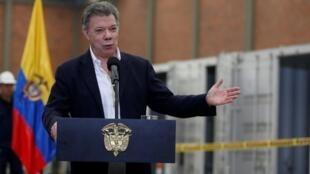 El presidente colombiano, Juan Manuel Santos, habla tras la última sesión de observadores de la ONU para desactivar las armas de fuego entregadas por las Farc.