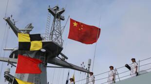 Des militaires chinois sur le pont de leur navire dans le port de Zhanjiang en direction de Djibouti, le 11 juillet 2017.