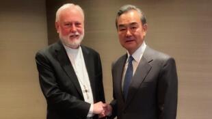 Le chef de la diplomatie chinoise Wang Yi et son homologue du Vatican Mgr Paul Gallagher en marge de la conférence sur la sécurité à Munich, le 14 février 2020.