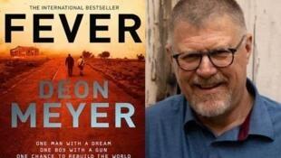 南非作家梅尔(Deon Meyer)与他的2016年所出版惊悚小说「发烧」(Fever )。