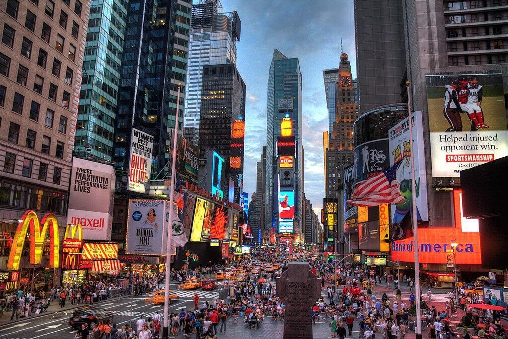 Edificios en Times Square, Nueva York, iluminados con la publicidad de las grandes marcas comerciales de Estados Unidos New York.
