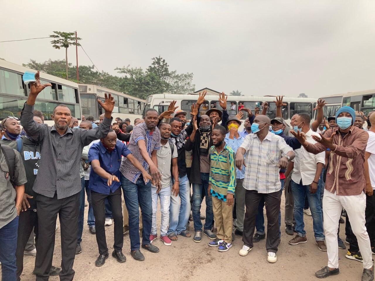 Les salariés de Transco devant leur dépôt de bus à Kinshasa, RDC, le 26 juillet 2021.