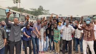 IMAGE Les salariés de Transco devant leur dépôt de bus à Kinshasa, RDC, le 26 juillet 2021.