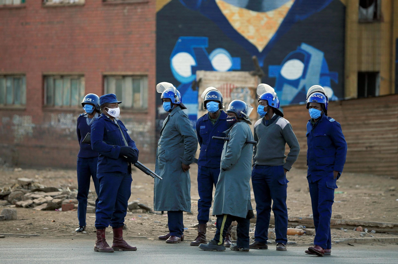 Eneo la katikati la mji mkuu wa Zimbabwe, Harare lilikuwa limezingirwa na maafisa wengi wa polisi kwa lengo la kuzima maandamano yaliyokuwa yliitishwa na upinzani Ijumaa, Julmai 31, 2020.