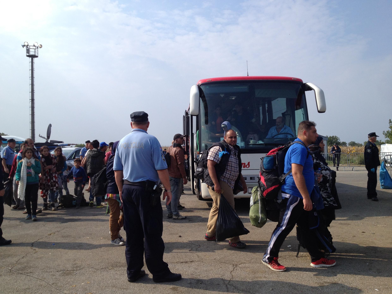 Croatia cho xe chở người tị nạn sang Slovenia.