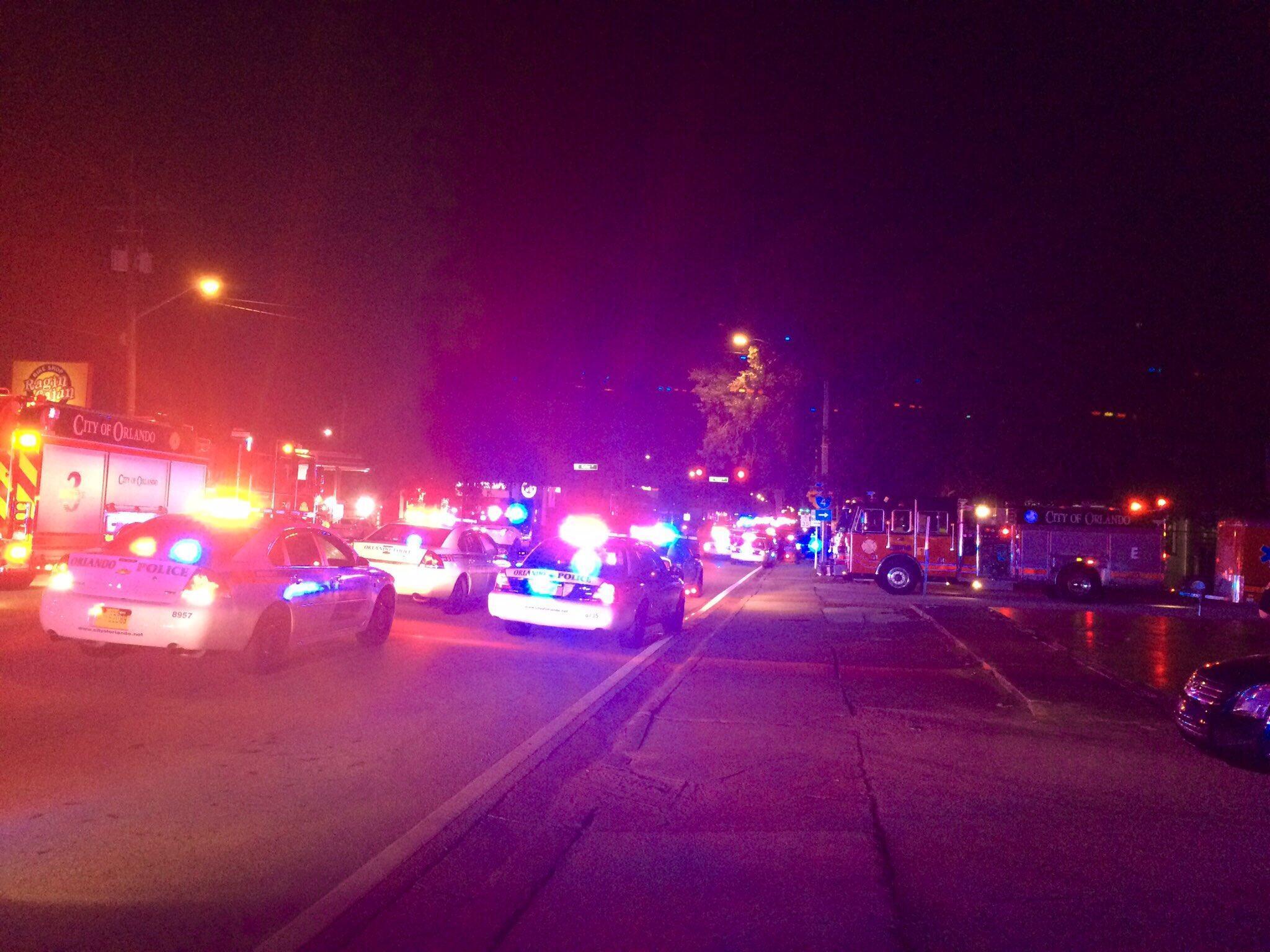Полиция недалеко от ночного клуба в Орландо, где произошла стрельба, 12 июня 2016 г.