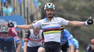 Julian Alaphilippe avec le maillot de champion du monde sur les épaules.