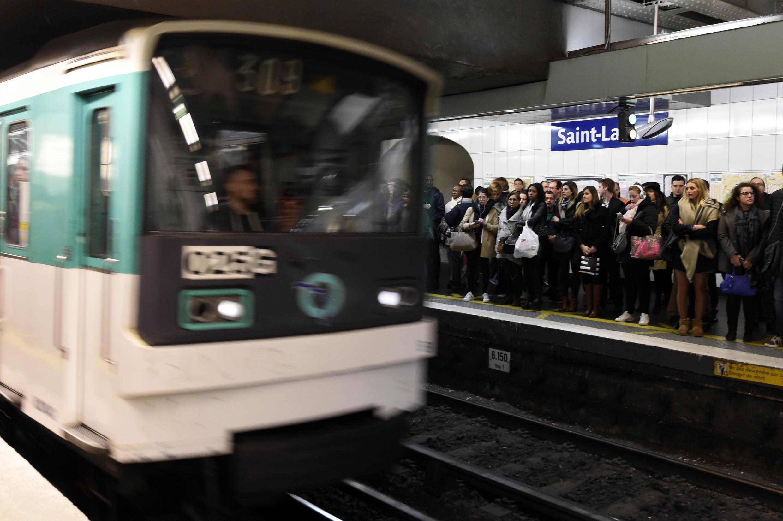 15/02/19- Um homem ficou gravemente ferido na manhã desta sexta-feira (15) depois de ser atacado com um líquido, provavelmente ácido sulfúrico, no metrô de Paris.