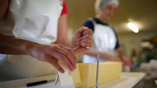Production de beurre dans une ferme de Saint-Colomban, près de Nantes dans l'ouest de la France.