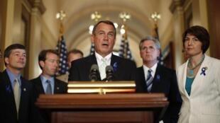 O líder da Câmara dos Representantes, o republicano John Boehner (centro).