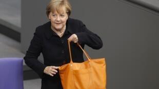 Ангела Меркель приходит на заседание по обсуждению бюджета в Бундестаг 07/09/2011